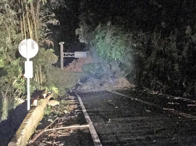 124縣道昨清晨大量土石崩落,現仍有碎石持續滑落中,為考量安全也封閉通行。(記者鄭名翔翻攝)