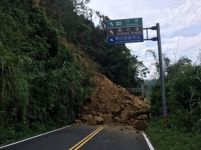 124縣道凌晨大量土石崩落,現仍有碎石持續滑落中,為考量安全也封閉通行。(記者鄭名翔翻攝)