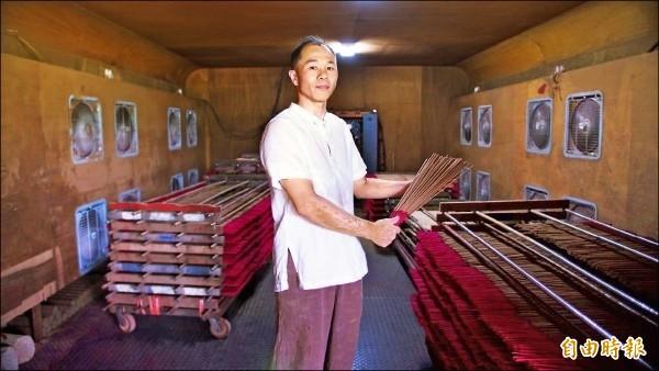 宜蘭縣頭城鎮老字號製香工廠「己文堂」第二代傳人林建宏,希望在廢墟中重建父親的心血。(資料照片)