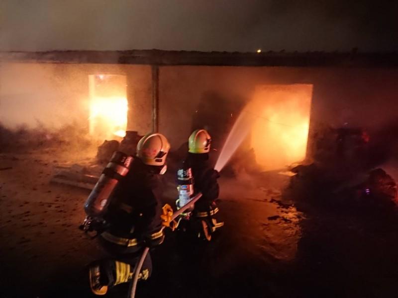 宜蘭縣頭城鎮老字號製香工廠「己文堂」,八日一場大火燒掉製香工坊,堆滿易燃物品的工廠,直到清晨六時餘火才終於熄滅。(記者張議晨翻攝)