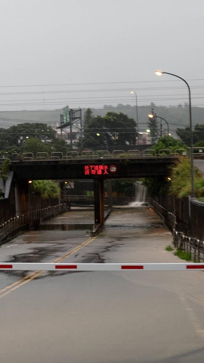 民眾請繞道!台中豪大雨大肚興和地下道積水15公分暫封閉。(圖:市府提供)