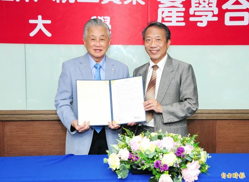 靜宜大學校長唐傳義(右)代表與蕭中正醫療體系總裁蕭中正(左)簽訂「產學合作備忘錄」。(記者歐素美攝)