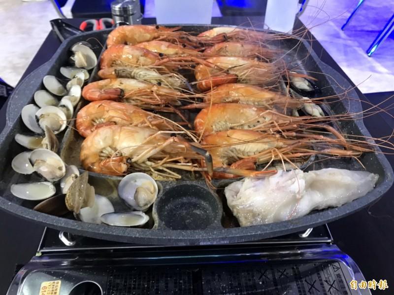 現烤活蝦及海鮮。(記者張菁雅攝)