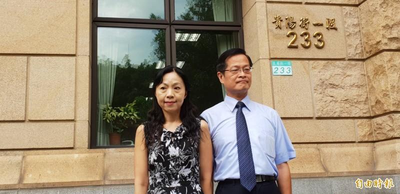 高院民事庭庭長楊絮雲在丈夫周盈文庭長陪同下召開記者會,控訴最高法院對她分案不公、霸凌。(記者楊國文攝)