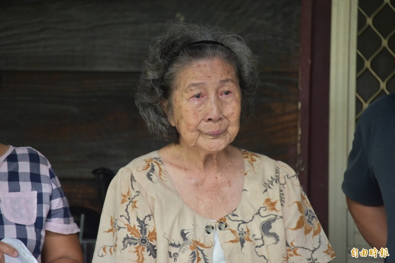 92歲的老阿嬤淚流滿面,不捨老房子要被拆(記者葉永騫攝)