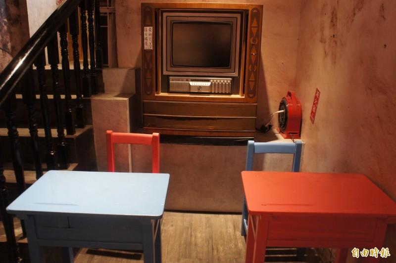 老電視與課桌椅,都是當年眷村生活的日常。(記者劉禹慶攝)