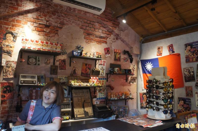 眷村柑仔店櫃台,一定會懸掛國旗。(記者劉禹慶攝)
