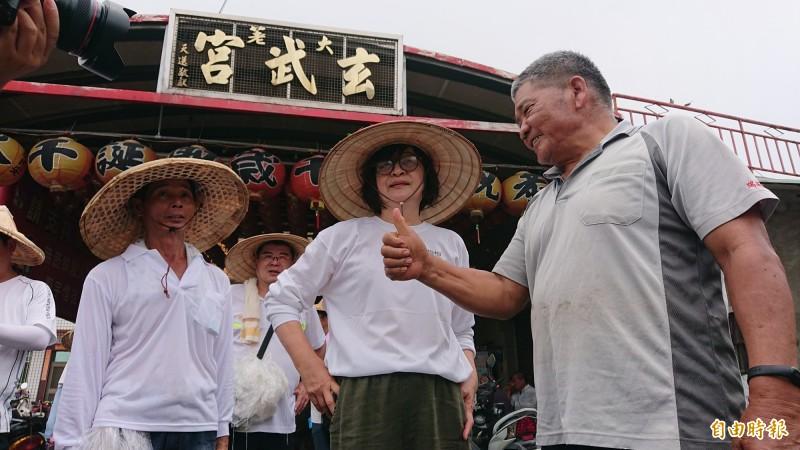 苦行中仍有不少支持者對立委蘇治芬等人豎起大拇指。(記者廖淑玲攝)