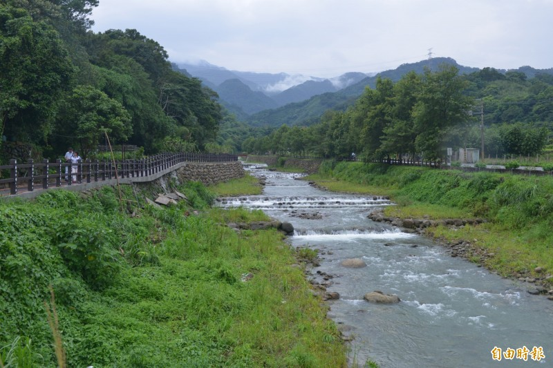 獅潭鄉新店村大東勢溪景觀優美、自然生態豐富,不僅是在地特色景點,也是許多遊客心目中的理想避暑勝地。(記者鄭名翔攝)