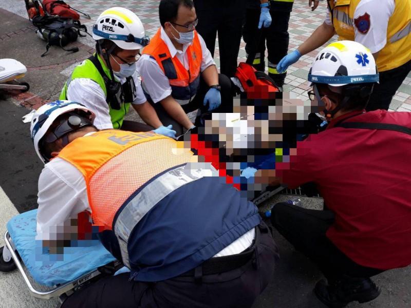 警消從火場中搶救出2名女子,救出時都已經失去呼吸心跳,送醫搶救後仍宣告不治。(記者鄭景議翻攝)