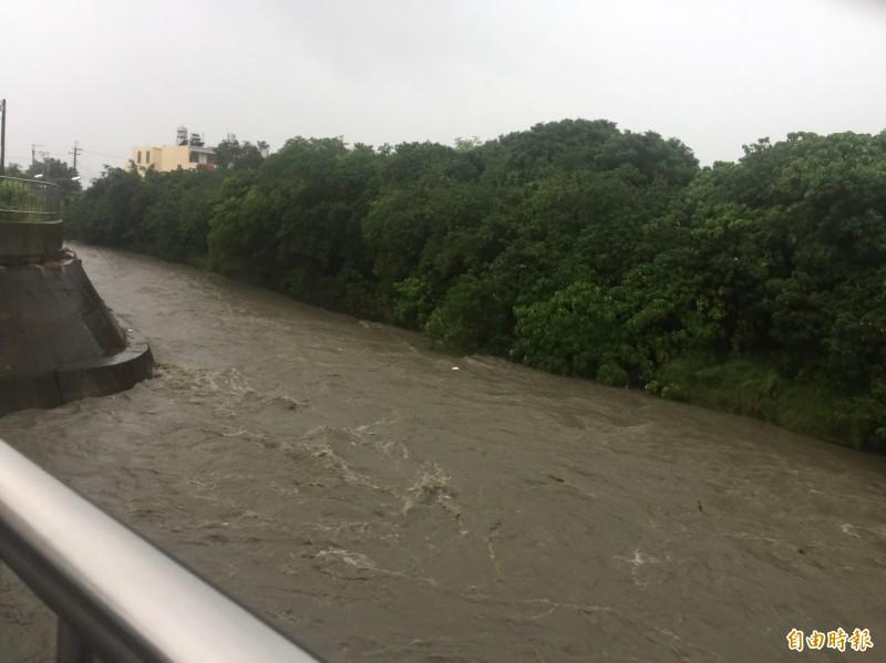 芭蕉溪河水高漲,縣府提醒低窪地區民眾提高警覺。(記者林國賢攝)