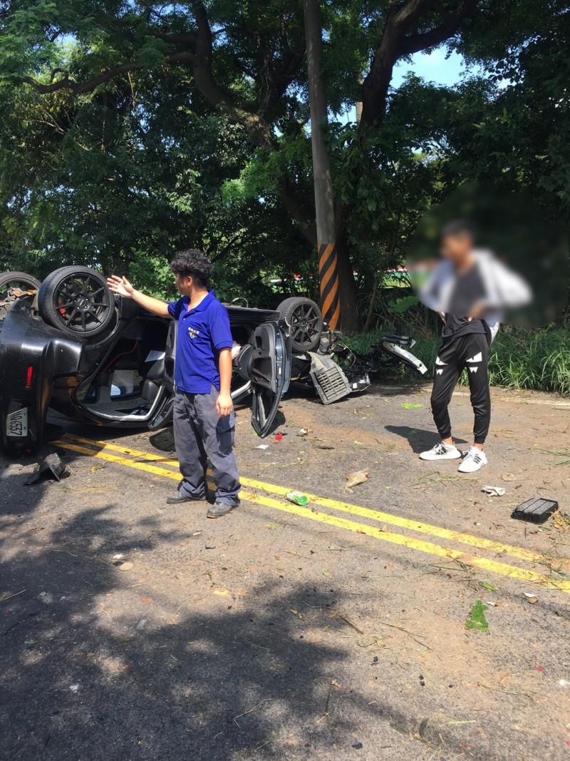 黃男送醫後,現場留下其友人(右)、拖吊車業者(左)協助清除受損車輛。(記者魏瑾筠翻攝)