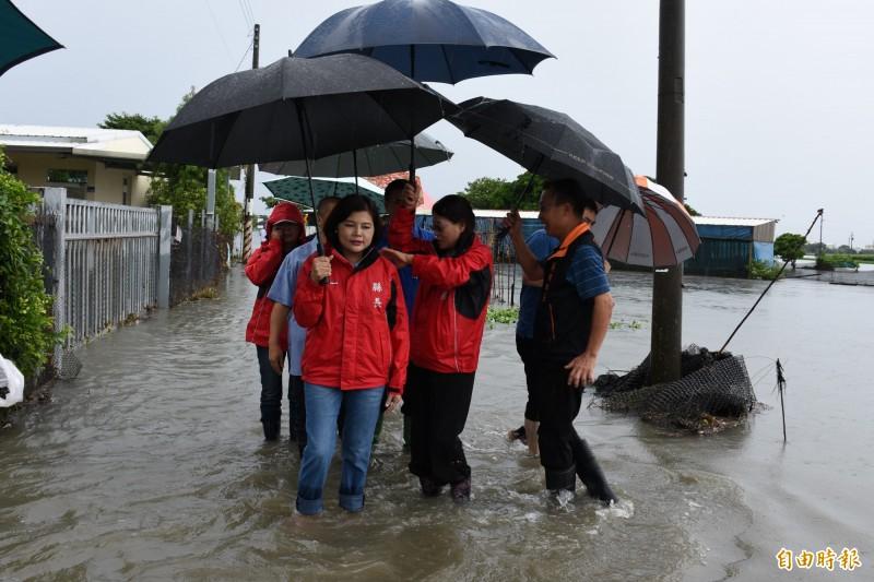 雲林縣長張麗善(前左一)涉水勘災,指示水利處持續清淤。(記者林國賢攝)