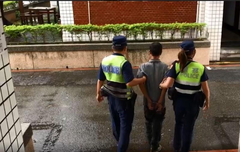 豐原分局美女警廖于嬅(右)調警備隊,13日仍執行押送人犯勤務,並未調內勤。(記者歐素美翻攝)