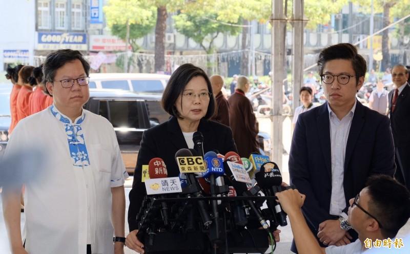 談起南部水患,蔡總統面色凝重,左為桃園市長鄭文燦。(記者陳恩惠攝)