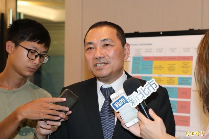 高雄市長韓國瑜因近午才上班挨轟,新北市長侯友宜表示,他已經習慣全心全意在市政工作上,每天約工作16個小時。(記者賴筱桐攝)