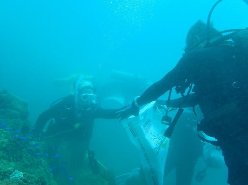 「海洋防衛隊」每年招募隊員清除海洋垃圾。(圖由新北市政府漁業及漁港事業管理處提供)