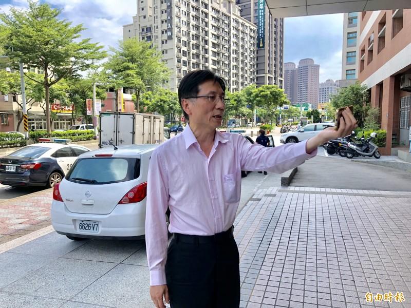 桃園市議員詹江村製作筆錄前,先開直播跟粉絲說明。(記者魏瑾筠攝)