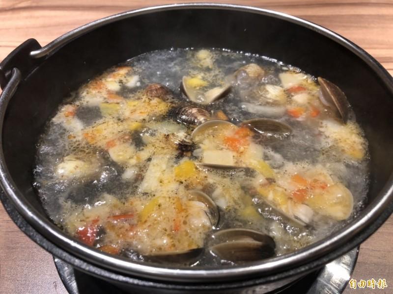 海味卜卜蜆鍋湯底,是取經澳門的美味。(記者歐素美攝)