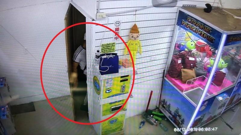 監視器拍下嚴男進地下室偷竊身影。(記者徐聖倫翻攝)