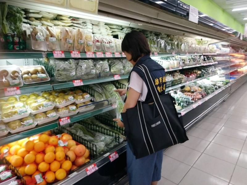 衛生局人員到生鮮超市稽查。(衛生局提供)
