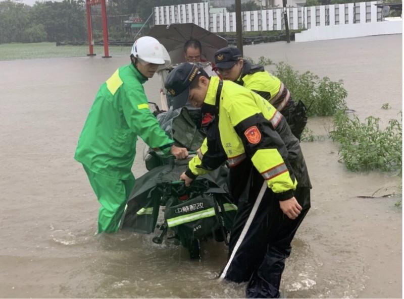 郵差陳志明(左)12日送信落水獲救。(讀者提供)