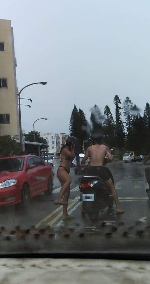 澎湖大雨大雨一直下,遊客直接變裝比基尼上路,不怕淋濕。(陳小萍提供)
