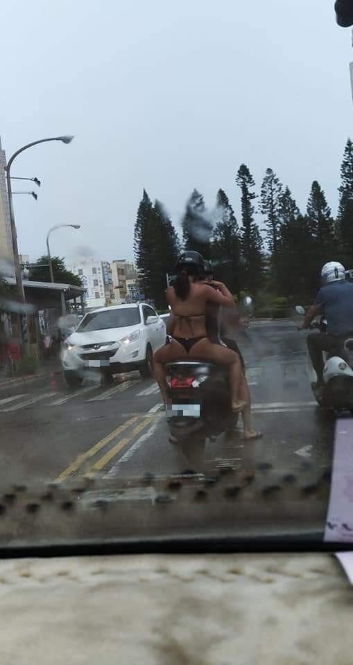 穿比基尼雨中上路,就不怕淋濕,網友直呼聰明。(陳小萍提供)