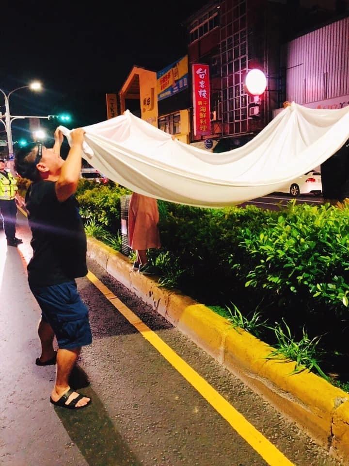 志工們張開防護網搶救小虎斑貓。(取自臉書)