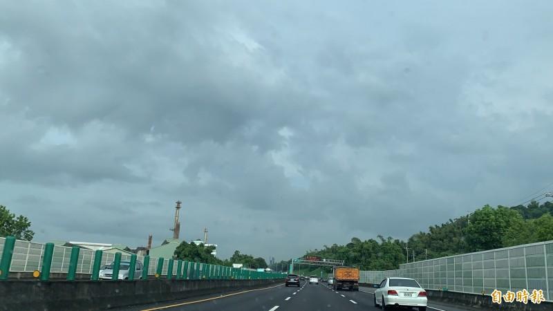 中部連日大雨後終於今天上午短暫放晴,但天空烏雲仍相當厚實。(記者湯世名攝)