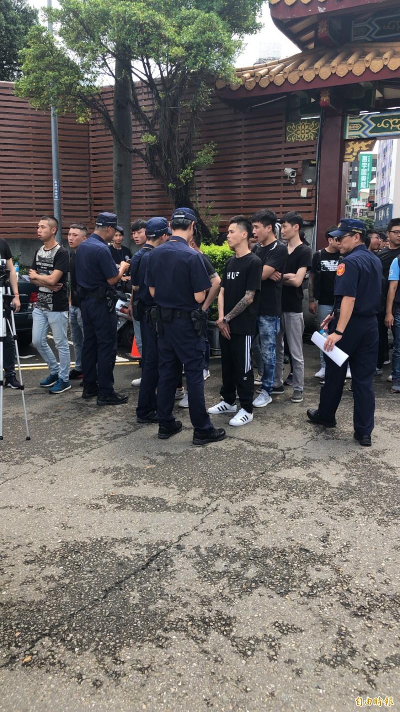 警方對無故聚集的青少年或不明黑衣人士嚴加盤查。(記者許國楨攝)
