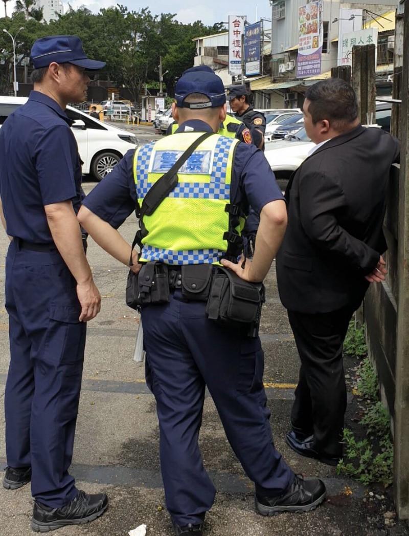 期間警方查到一名藍姓詐欺通緝犯。(記者許國楨翻攝)