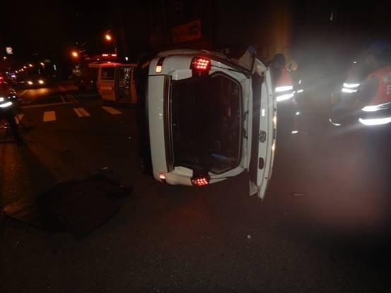 轎車遭重機撞翻。(記者許倬勛翻攝)
