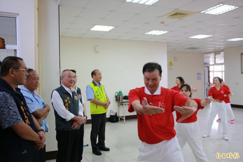 苗栗縣長徐耀昌欣賞長輩們的元極舞。(記者鄭名翔攝)