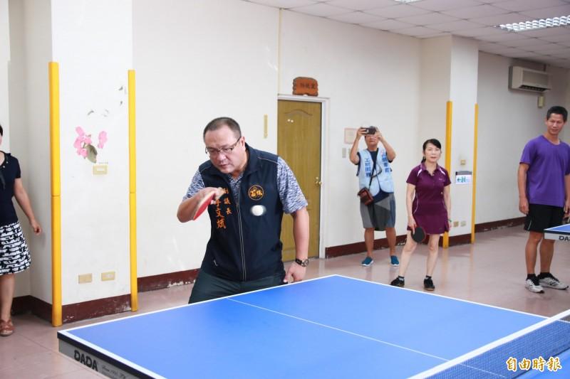 苗栗縣副議長李文斌下場與長輩打桌球,小試身手。(記者鄭名翔攝)