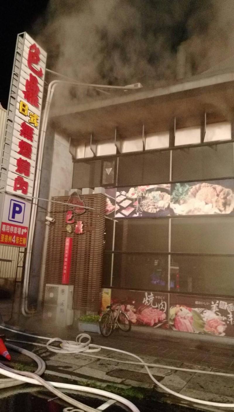 嘉市「色鼎燒肉店」發生火警幸未釀災,起火原因初判為1樓儲存室插座潮濕短路引發火災。(記者丁偉杰翻攝)