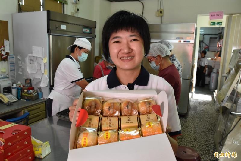 雲林縣聲暉協進會愛心烘焙坊每月虧損,中秋節禮盒是協會最大收入,盈餘做為未來一年的開銷及薪資。(記者黃淑莉攝)