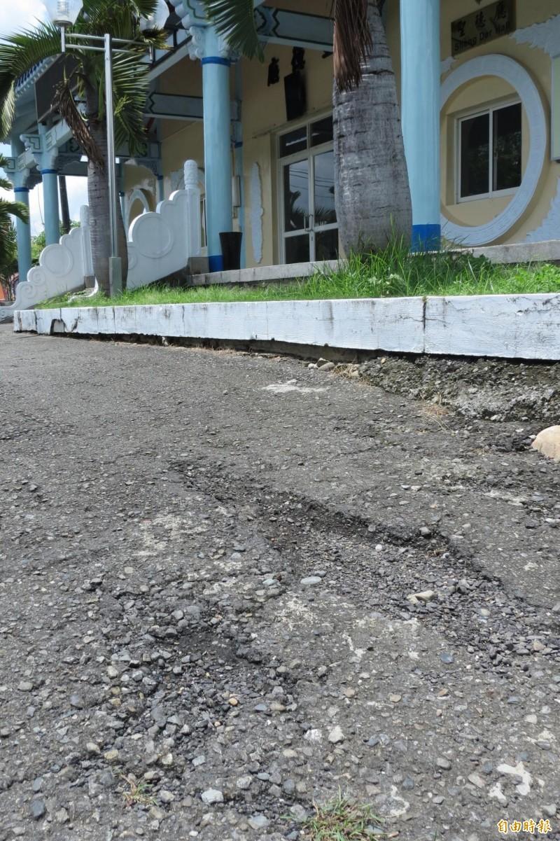 南投縣殯儀館廣場柏油路面破損不堪。(記者張協昇攝)