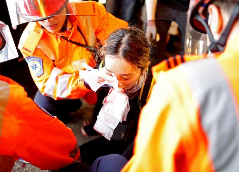 紐約時報指出,中國正對香港示威者發動「假訊息戰」,包括在「港女眼睛被射爆」一事上造假新聞。(路透)