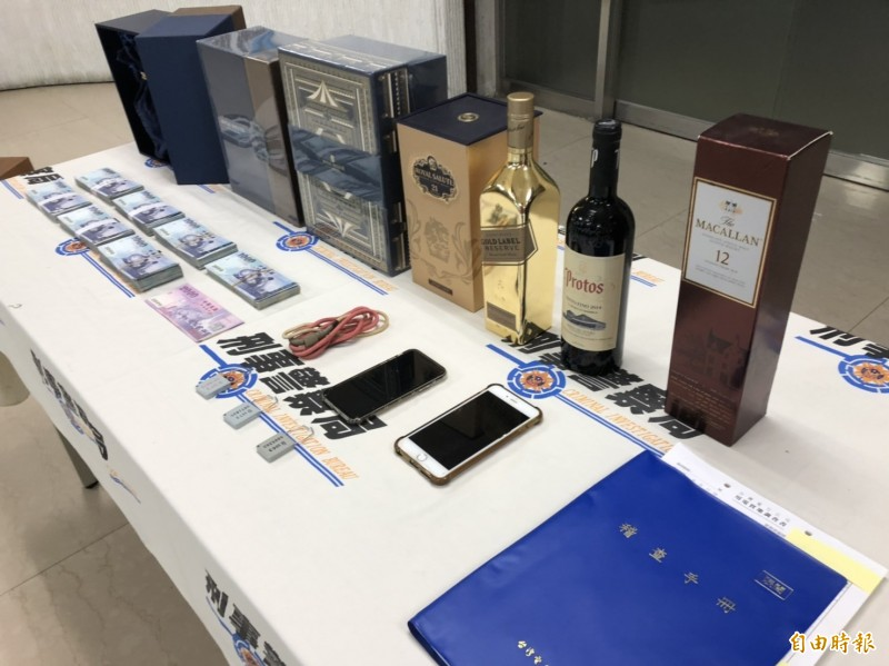警方查扣68萬餘元、洋酒禮盒、稽查手冊等贓證物。(記者 邱俊福攝)