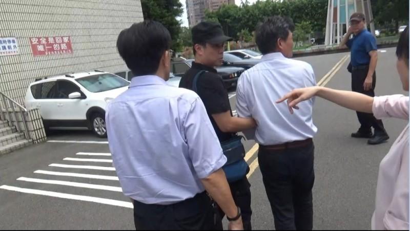 檢察官帶隊將呂嫌(左三穿白襯衫者)逮捕。(記者邱俊福翻攝)