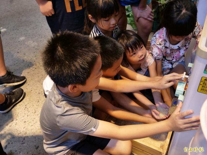 新竹縣竹北新瓦屋「耕讀生活趣」即將開跑,一群小朋友今天在青農講解下體驗農業活動,為活動暖身。(記者廖雪茹攝)
