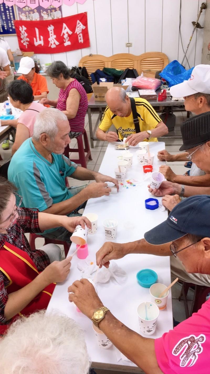 新光人壽志工隊帶領長輩們製作擴香石。(華山基金會三峽愛心天使站提供)