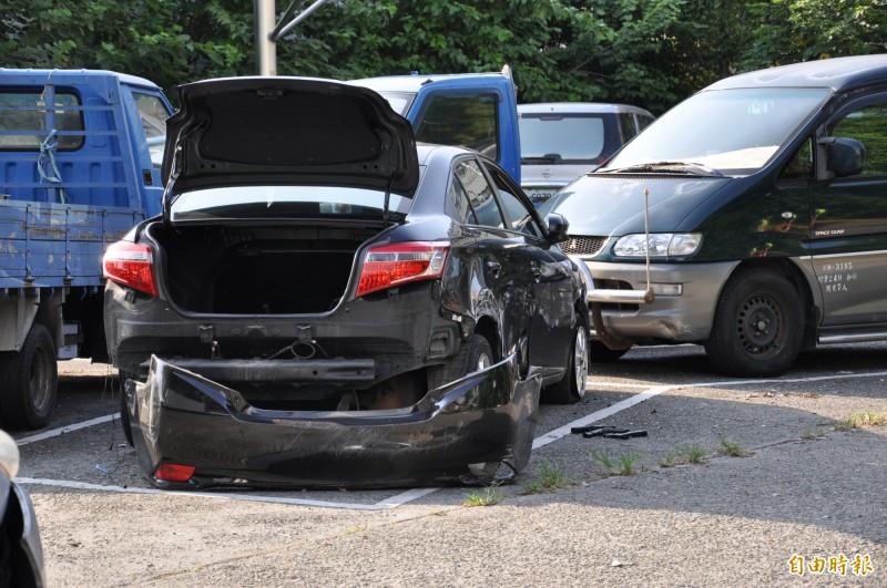 嫌犯把車棄放在公館夜市旁停車場,下車逃逸,1人被警逮獲,警方並在嫌犯車上搜出2把槍枝。(記者彭健禮攝)