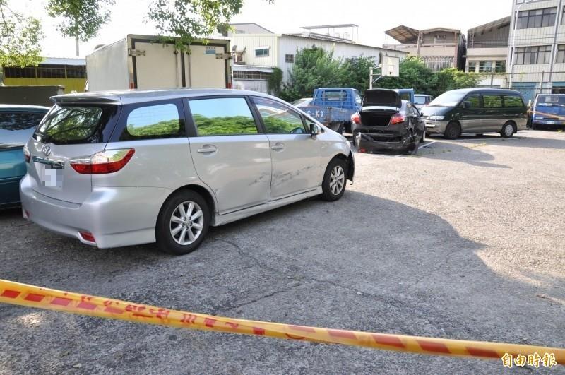 警方偵防車也被撞得傷痕累累。(記者彭健禮攝)