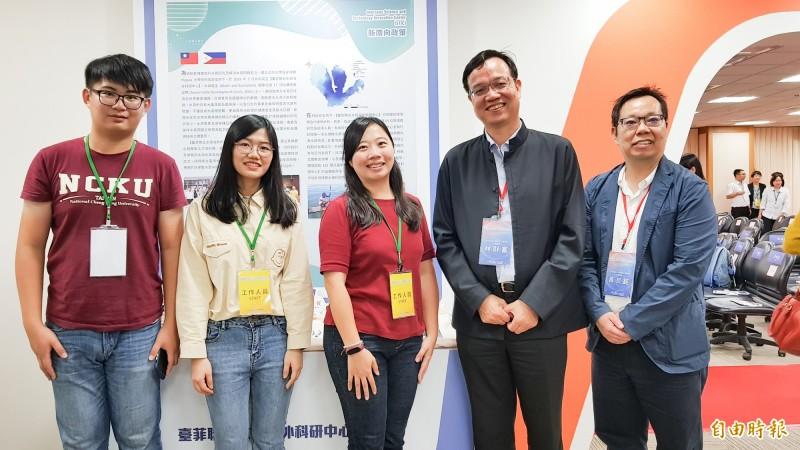 成功大學教授林財富(右二)協助菲律賓提升對水質的監測和分析能力。(記者簡惠茹攝)