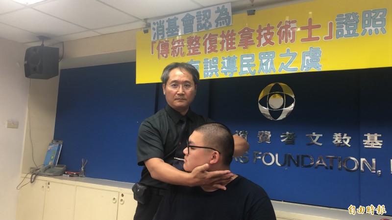 中華民國中醫傷科醫學會理事長廖慶龍示範推拿。(記者羅綺攝)