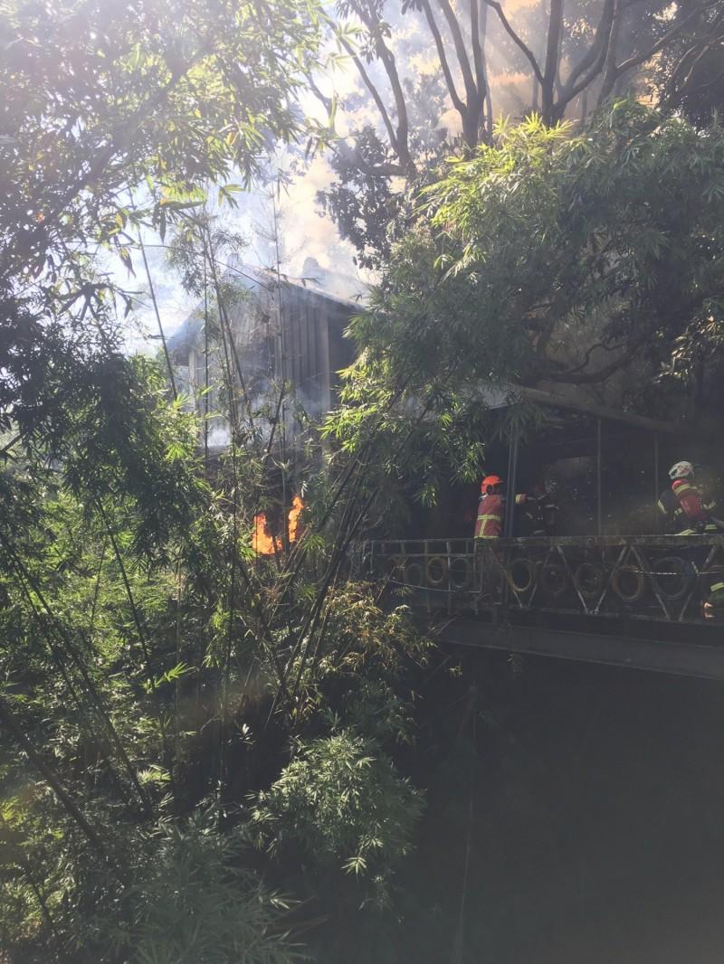 山中鐵皮屋起火冒出濃煙(記者吳昇儒翻攝)