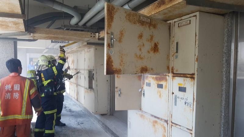 中壢區衛生所頂樓機房冒煙,消防人員前往灌救。(記者李容萍翻攝)