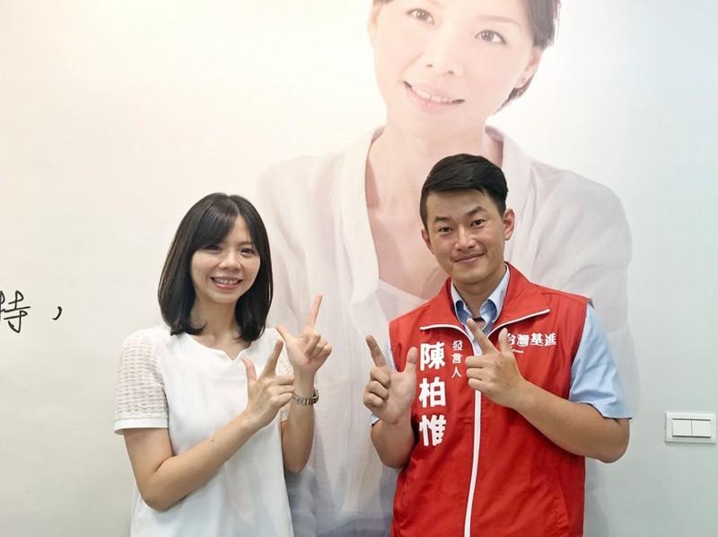 立委洪慈庸(左)退出時代力量,將以無黨籍身分競選連任。(圖擷取自洪慈庸臉書)